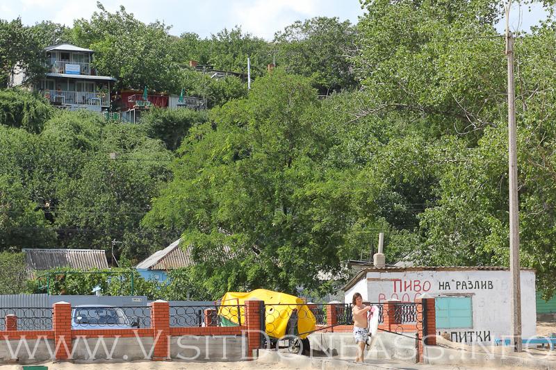 В частном секторе сдаются дома, серферы покоряют морскую стихию, Песчанка, Мариуполь