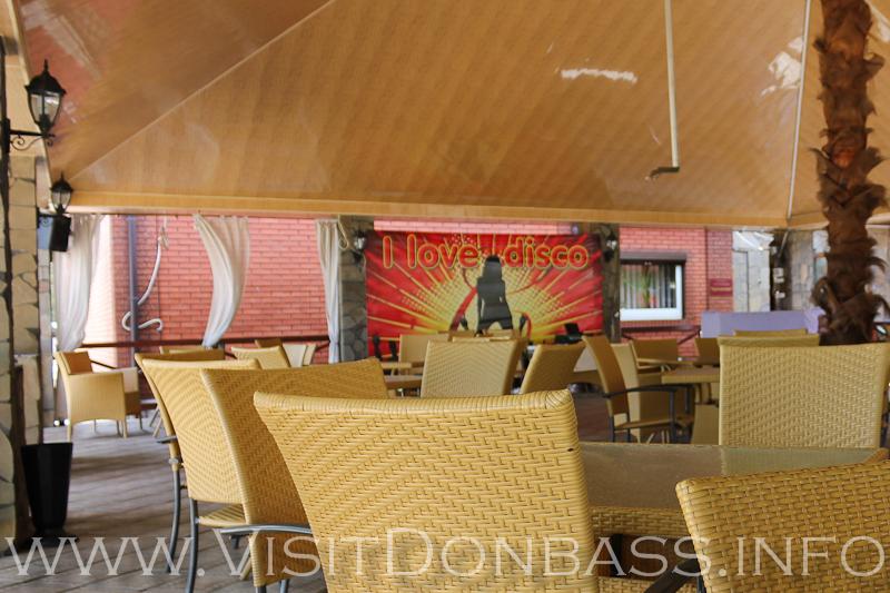 Вход в гостиницу Бригантина теряется на фоне ресторана, Мариуполь