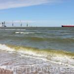 С пляжа открывается шикарный вид на Мариупольский порт