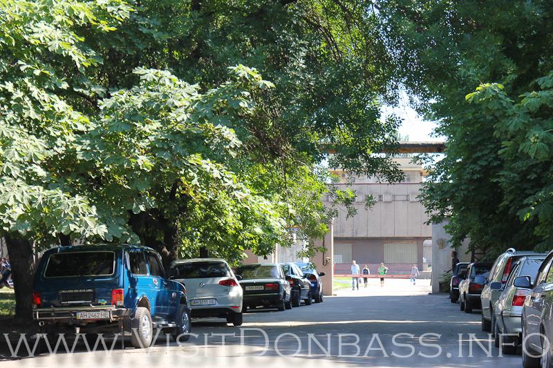 Серое здание кубической формы видно от проходной, вход через управление, Мариуполь, Азовсталь