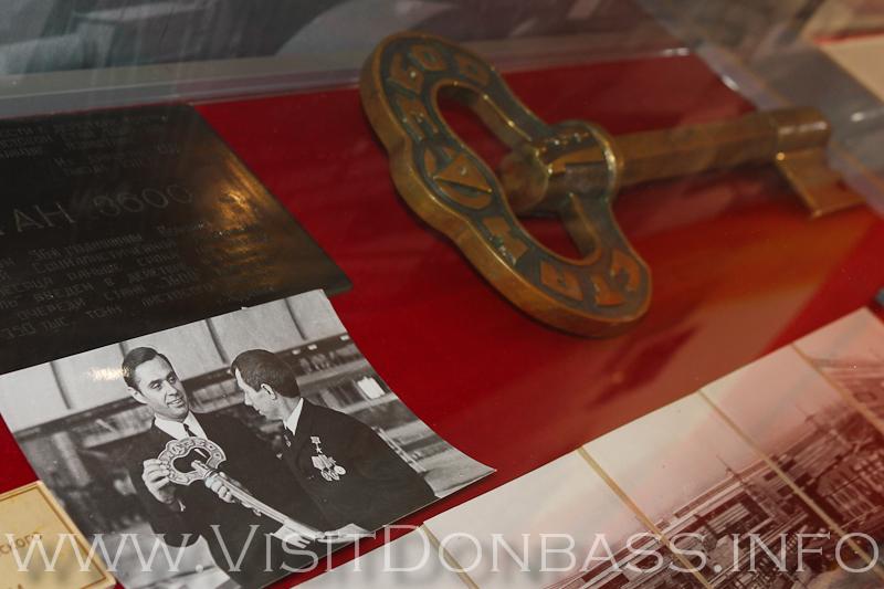 Только на предметах из прошлой эпохи можно рассмотреть старый логотип Азовстали