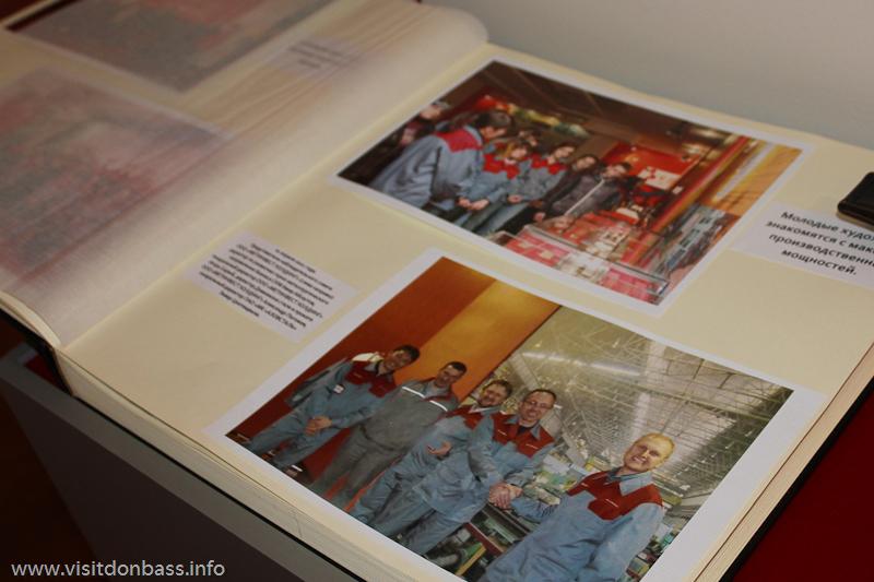 Топ-менеджеры Метинвеста в историческом фотоальбоме, музей Азовсталь