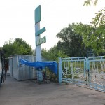 Конечная остановка автобусов прямо у ворот Якоря, Мелекино