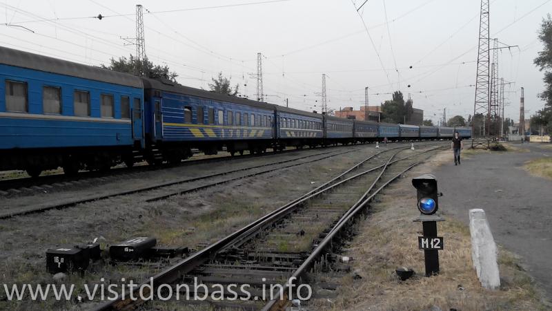 Поезд Азов на запасном пути в Мариуполе