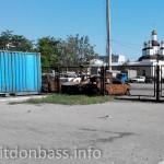 Сгоревшие машины на парковке - последствия обстрела Мариуполя в январе