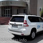 Автомобиль ООН около гостиницы Моряк в Мариуполе