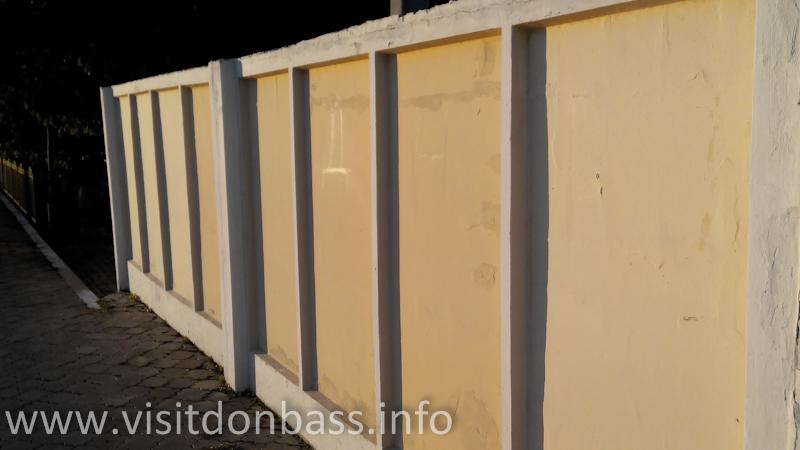Надпись ДНР на стене перрона в Волновахе