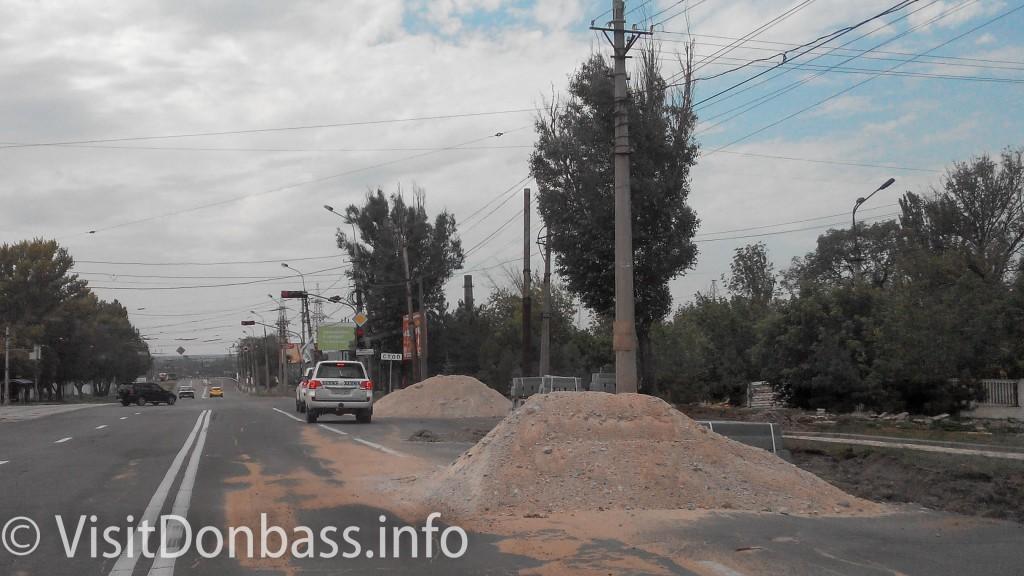 Машины ОБСЕ едут по ремонтируемой улице в Мариуполе