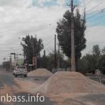 Машины ОБСЕ едут по ремонтируемой дороге. Мариуполь