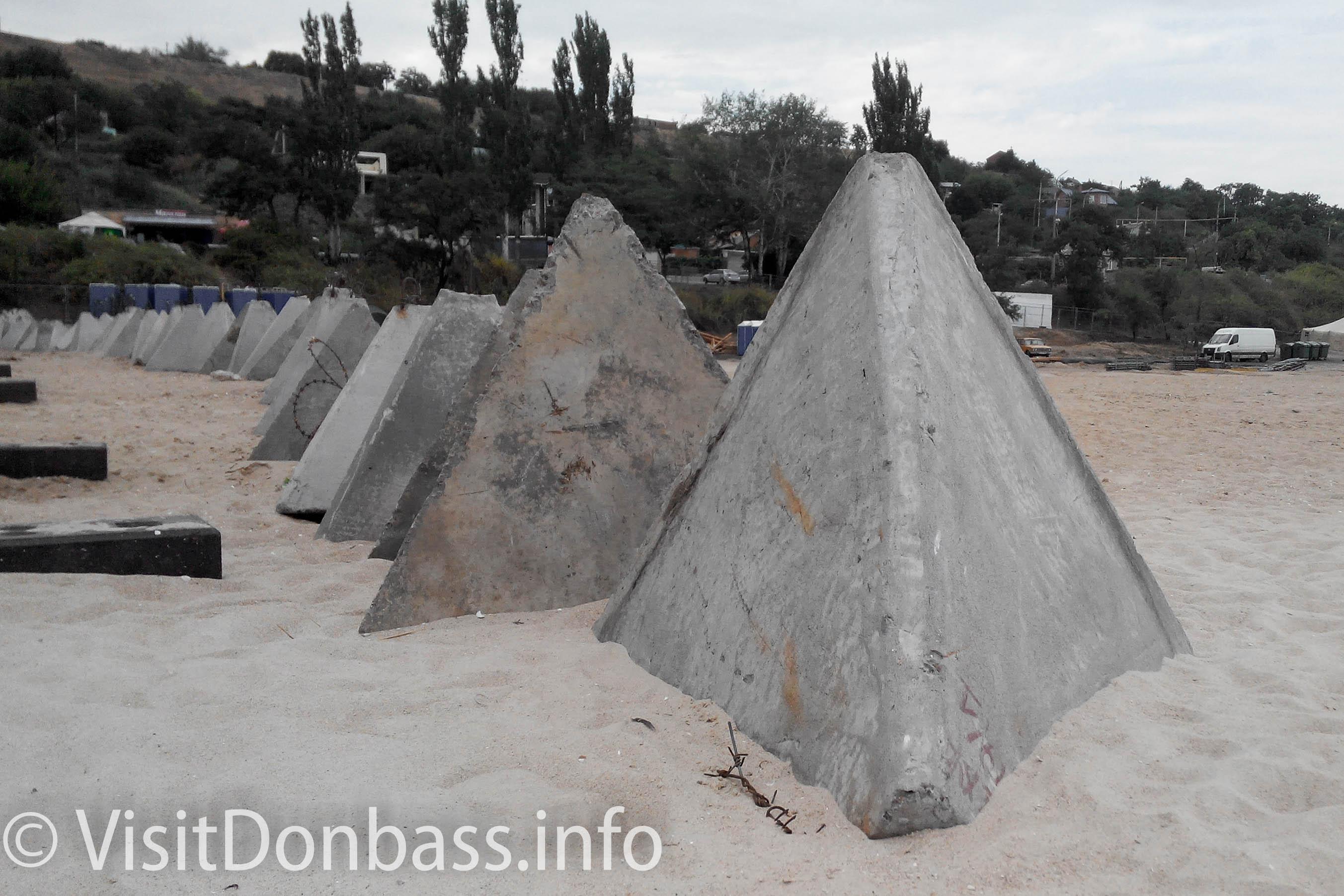 Бетонные пирамиды - память об обороне Мариуполя