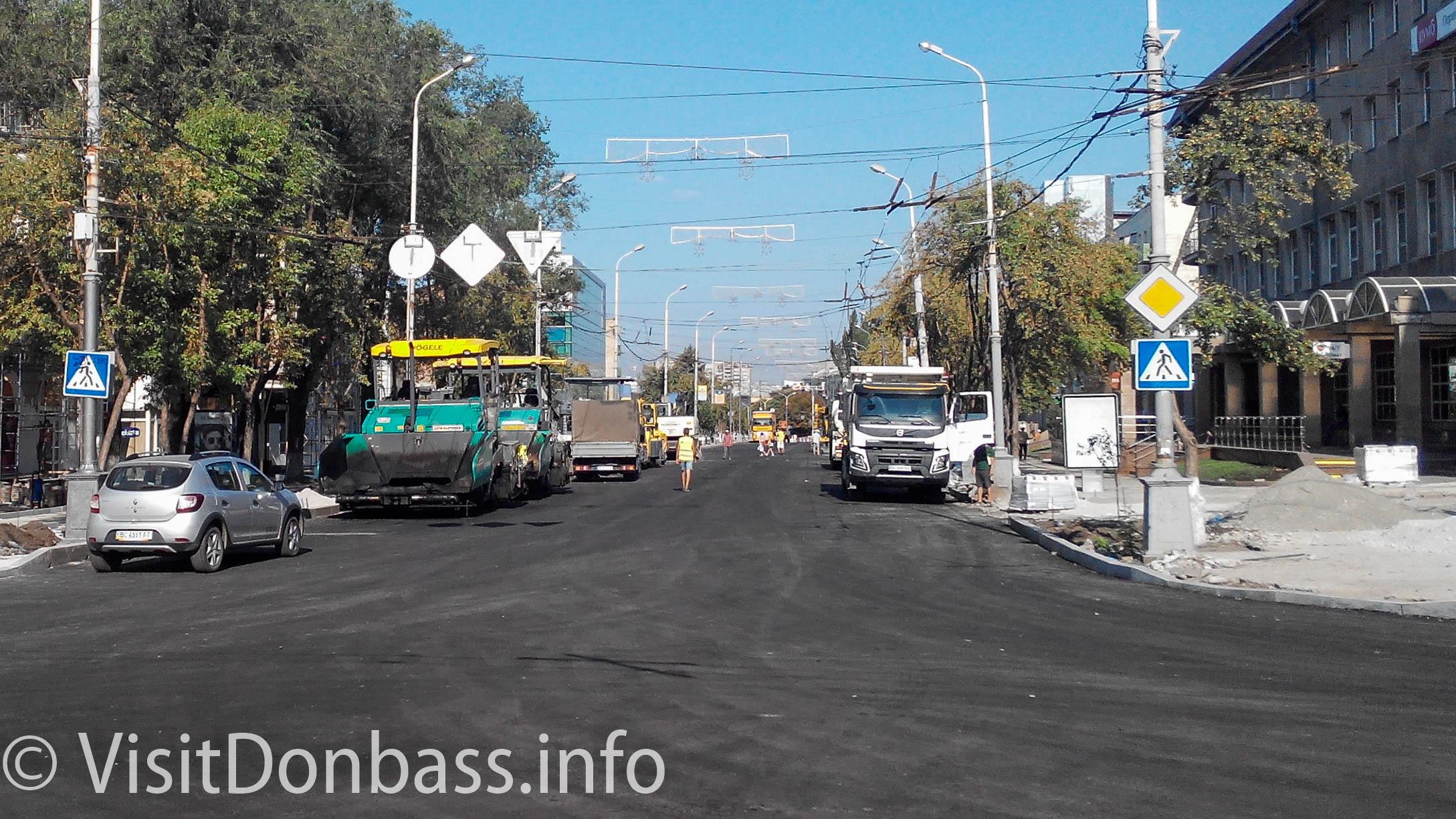 Дорожная техника в центре Мариуполя